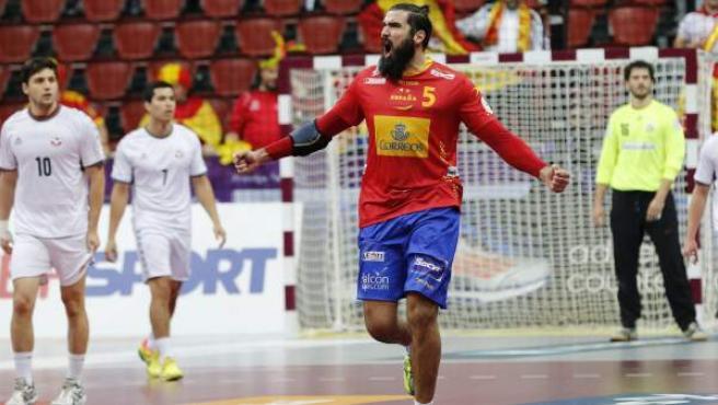 Jorque Maqueda celebra un gol en el España - Chile de balonmano.