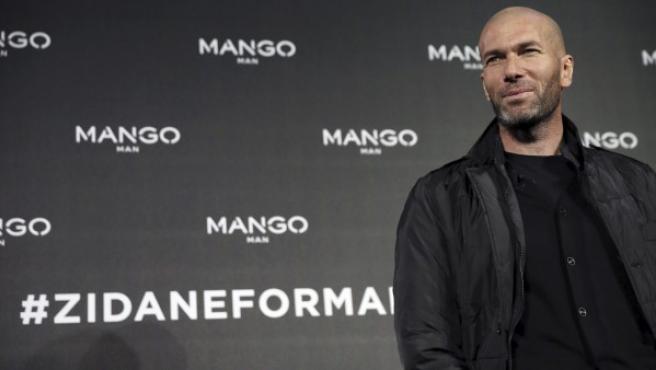 El exfutbolista francés Zinedine Zidane posa durante un acto promocional de una firma de ropa de la que es imagen.
