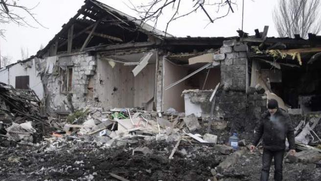 Un hombre observa los daños de una vivienda tras un bombardeo en Donetsk, Ucrania.