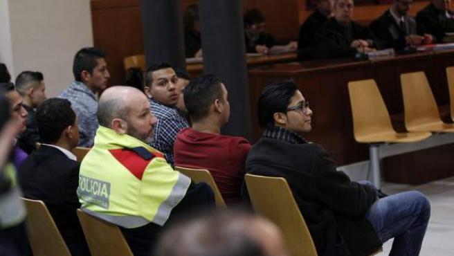 La sala polivalente de la Audiencia de Barcelona acoge el juicio contra 17 latin kings acusados de intentar matar a dos miembros de una banda rival en 2009.