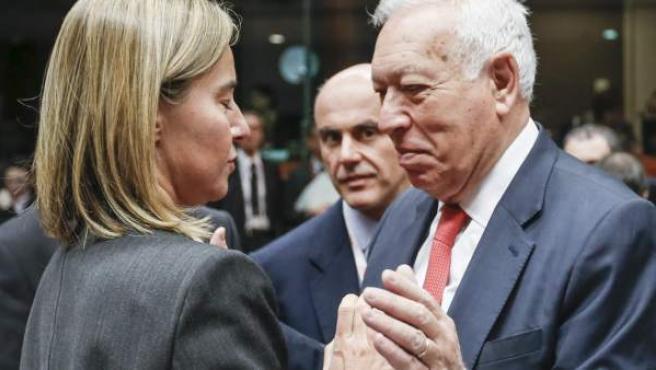 El ministro de exteriores de España, José Manuel García-Margallo, saluda a la jefa de la diplomacia comunitaria, Federica Mogherini