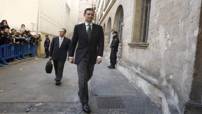 El duque de Palma, Iñaki Urdangarin, seguido de su abogado, Mario Pascual Vives.
