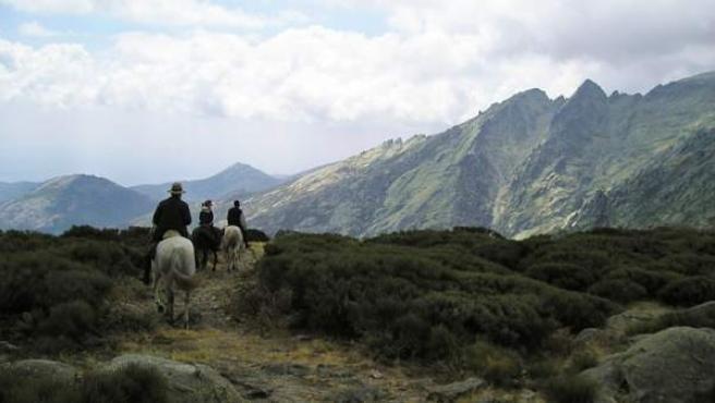 Cabalgando entre montañas, desfiladeros, bosques y ríos.
