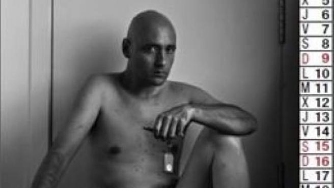 Vecinos del PAU de Carabanchel se han desnudado en un calendario para protestar por la venta de pisos públicos de la EMVS a 'fondos buitre'