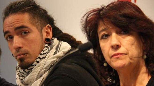Rodrigo Lanza, el principal condenado por el caso 4-F, junto a su madre en una rueda de prensa en el Colegio de Periodistas de Barcelona.