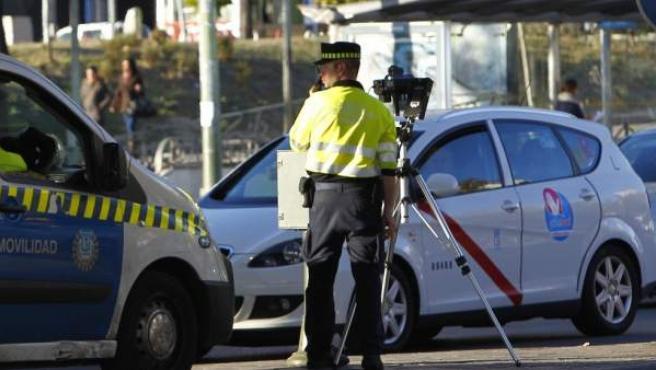 Un agente de Movilidad, preparando un radar móvil bajo el puente de Nuevos Ministerios de Madrid.