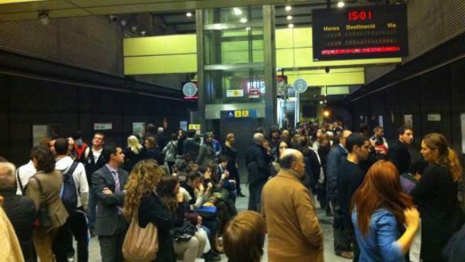 Los viajeros esperan la llegada del metro en la estación de Colón de Valencia.