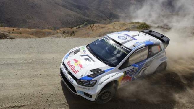 El piloto francés Sebastien Ogier conduce su Volkswagen Polo durante una de las etapas del Rally de México, en Guanajuato (México).