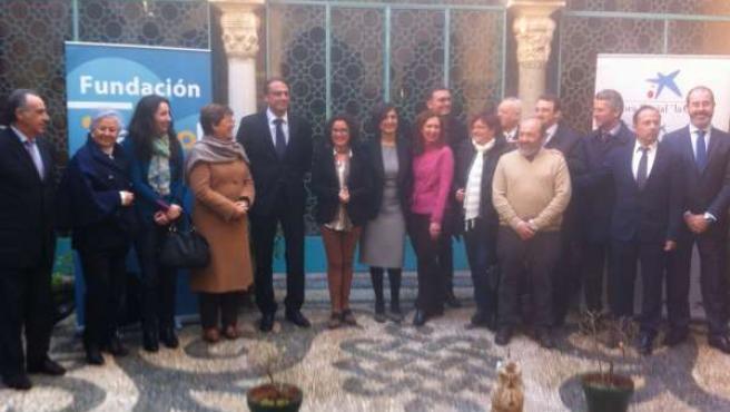 Responsables de la Junta, Caixa y Cajasol con los beneficiarios