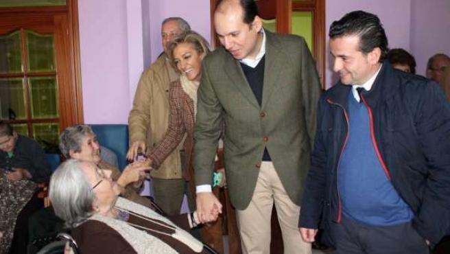 Hernández Carrón en la residencia de mayores de Moraleja