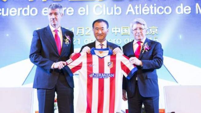 Miguel Angel Gil Marín y Enrique Cerezo posando con Wang Jianlin en la presentación del acuerdo entre Atlético de Madrid y el empresario chino