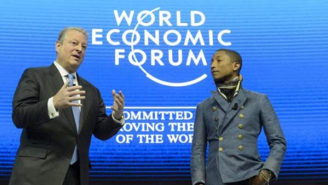 El ex vicepresidente de Estados Unidos Al Gore (i) y el cantante estadounidense Pharell Williams asisten a una mesa redonda en la primera jornada de la 45 edición del Foro Económico Mundial (WEF) en Davos, Suiza.