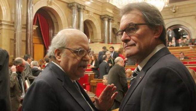El consejero de Economía, Andreu Mas-Colell, y el presidente de la Generalitat, Artur Mas, en el Parlamento catalán.