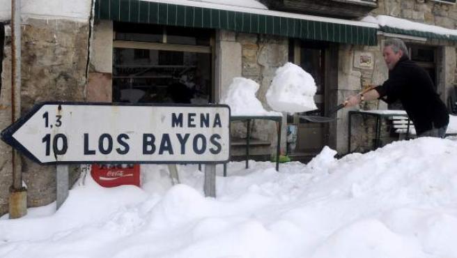 Un hombre retira nieve de una calle de la ciudad leonesa de Cabrillanes.