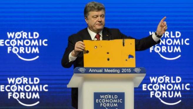 El presidente de Ucrania, Petró Poroshenko, pronuncia un discurso durante su intervención en la sesión inaugural del Foro Económico Mundial de Davos, Suiza, el 21 de enero del 2015.
