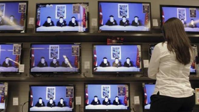Una mujer observa los informativos el día en el que ETA anunció el cese de su actividad armada.