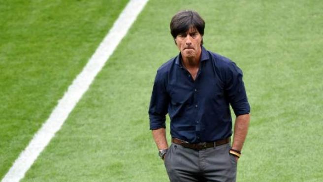 El entrenador de la selección alemana camina para la banda.