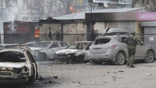 Un soldado ucraniano evalúa los daños en un parking tras el ataque en la ciudad de Mariupol, en el este de Ucrania.