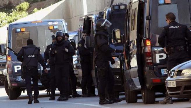 Dispositivo de fuerzas de seguridad en la barriada de El Príncipe, donde la Policía española ha detenido este 24 de enero a cuatro presuntos yihadistas.