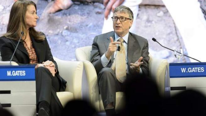 El co-fundador de Microsoft y filántropo Bill Gates (d), conversa con su mujer Melinda Gates (i), copresidenta junto con él de la Fundación Bill y Melinda Gates.