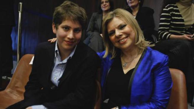 La mujer del primer ministro israelí, Sara Netanyahu, posa junto a su hijo.