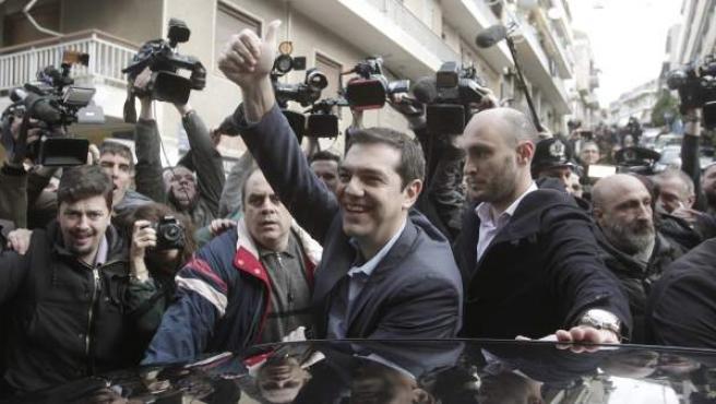 El líder de Syriza, Alexis Tsipras, saluda tras votar en las elecciones griegas.