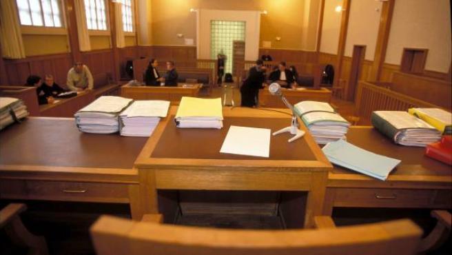 Sala de un tribunal donde se va a celebrar un juicio.