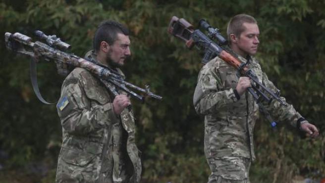 Tropas ucranianas en un descanso en la carretera a su paso por la ciudad de Artyomovsk, cerca de Donetsk (Ucrania).