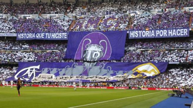 Aspecto que ofrecian las gradas del estadio Santiago Bernabeu donde se disputa el partido de la novena jornada de la Liga BBVA entre el Real Madrid y el Barcelona.