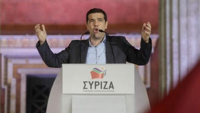 El líder de la coalición Syriza, Alexis Tsipras, se dirige al público frente a la fachada de la Universidad de Atenas, tras ganar las elecciones generales griegas.
