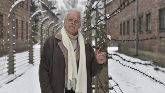 El croata Oleg Mandic, antiguo prisionero del campo de concentración alemán nazi Auschwitz I posa junto a una alambrada del campo en Oswiecim (Polonia).
