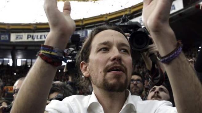 """El secretario general y eurodiputado de Podemos, Pablo Iglesias, a su llegada a un acto público en Valencia, enmarcado en la campaña """"Su odio nuestra sonrisa"""" en el Pabellón Fuente de San Luis."""