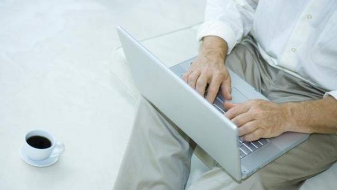Un hombre navega por Internet.