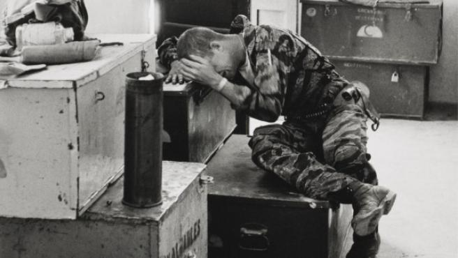 Un marine de los EE UU entra en crisis de nervios durante la guerra de Vietnam. Foto de Larry Burrows