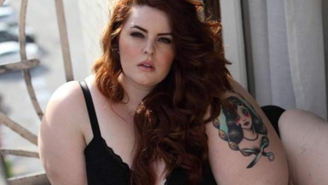 La modelo de tallas grandes Tess Munster posa en ropa interior.