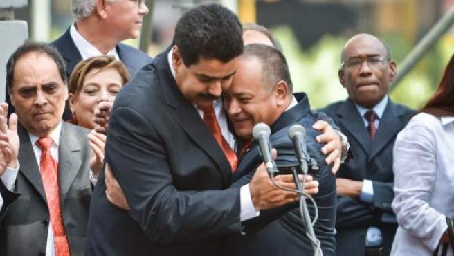 El vicepresidente de Venezuela, Nicolás Maduro (i), abraza al presidente de la Asamblea Nacional, Diosdado Cabello, tras ser reelegido en el cargo de la AN, en Caracas (Venezuela).