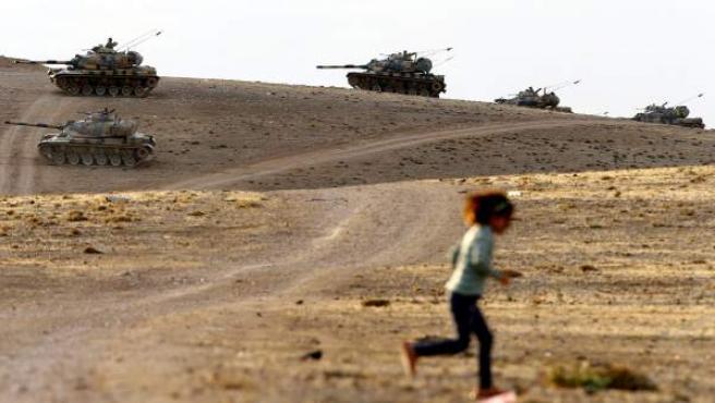 Tanques del ejército turco patrullan la zona de Sanliurfa (Turquía), ante la inestabilidad en la frontera con Siria.