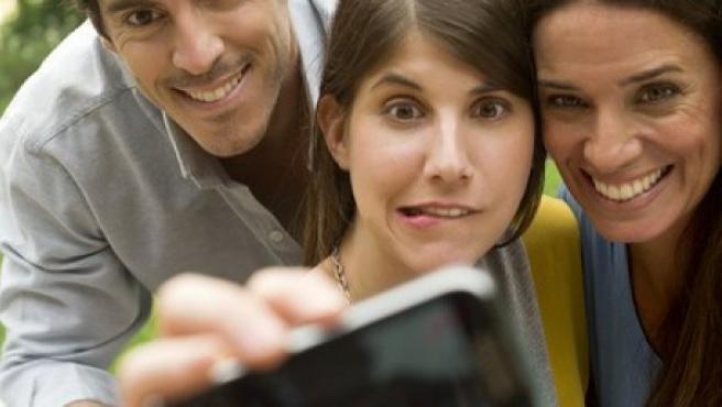 Tres jóvenes haciéndose un 'selfie'.