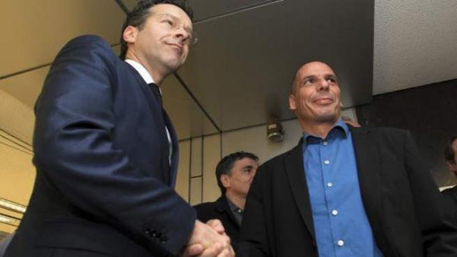 El presidente del Eurogrupo, Jeroen Dijsselbloem (izq), estrecha la mano al ministro de Finanzas griego, Yanis Varufakis.