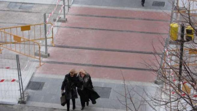 Viento En Zaragoza, Dos Señoras Cruzan Paso De Peatones En Independencia. Frío.