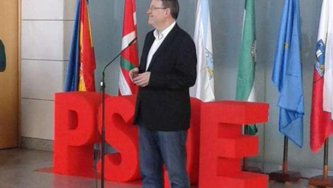 Puig atiende a los medios al inicio de la Conferencia del PSOE