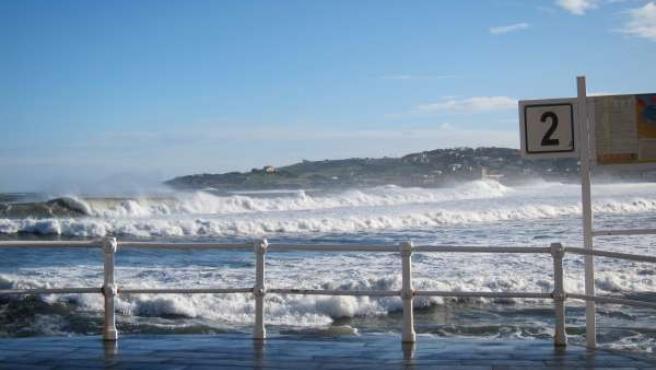 Olas en la playa de san Lorenzo de Gijón.