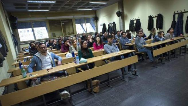 Varios universitarios antes de examinarse para obtener una plaza de médico residente (MIR) para especializarse en los hospitales madrileños.