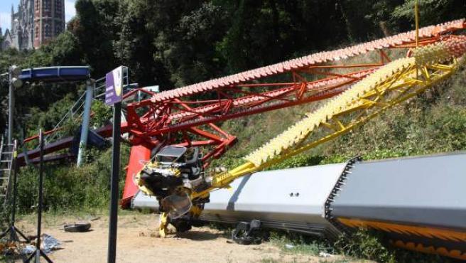 """Así quedó el Péndulo del parque de atracciones del Tibidabo tras desplomarse el 17 de julio de 2010 a causa, según el fiscal, de """"una cadena de errores"""". Una menor falleció y otros tres resultaron heridos en el accidente."""