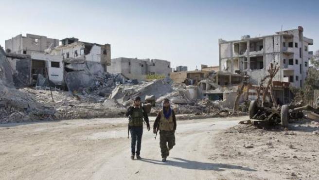 Soldados kurdos próximos a la entrada a Kobani (Siria). En esta zona, combatientes kurdos, apoyados por 'peshmergas' y la coalición internacional liderada por EE UU intentan defender este enclave de los yihadistas de Estado Islámico.