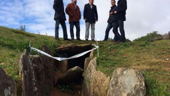 Dirigentes del PP de Huelva visitan el conjunto dolménico de El Pozuelo.