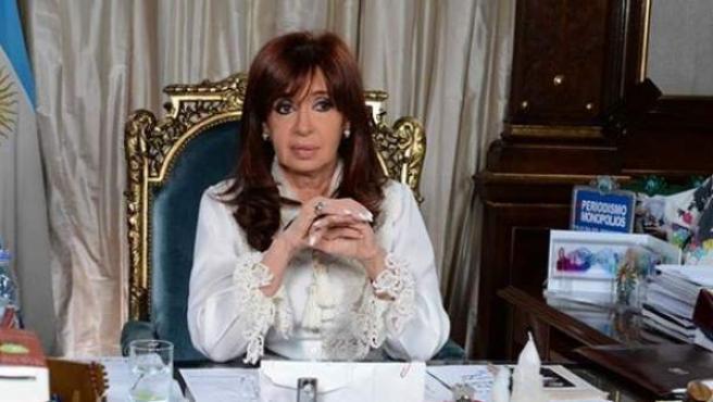 La presidenta argentina Cristina Fernández, en una foto colgada en su Facebook con la carta sobre la muerte de Nisman.