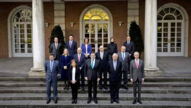 El presidente del Gobierno, Mariano Rajoy, posa junto a los miembros de su Gabinete en la escalinata del Palacio de la Moncloa.