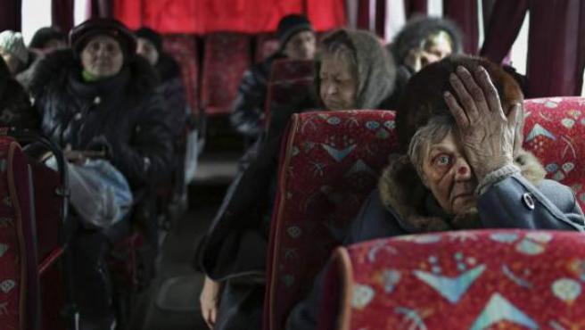 Una mujer espera con su bebé en un autobús tras verse obligada a abandonar su vivienda en Debaltseve, en Donetsk, Ucrania.