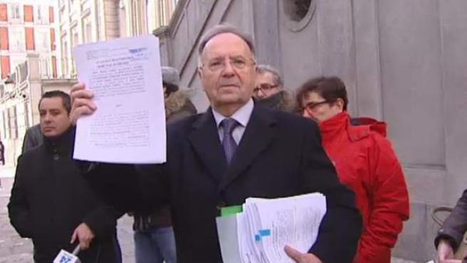 El colectivo Manos Limpias se ha querellado este miércoles en el Tribunal Supremo contra el secretario general de Podemos, Pablo Iglesias, al que acusa de la comisión de diez delitos, entre ellos pertenencia a organización criminal, asociación ilícita y delitos contra los derechos de los trabajadores